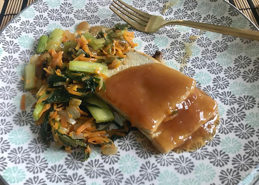 Salteado-tofu-apio-verduras-y-salsa